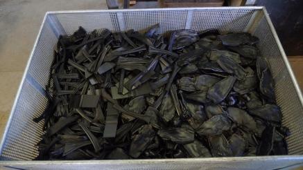 Отходы, которые полностью переработаны: пластиковые отрезки лопасти в прессе.