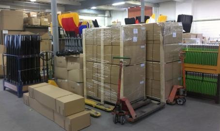 В отделе экспедиции приготовлены посылки, чтобы транспортная компания довезла их к заказчику.